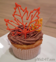 Cute fall leave cupcakes made with gluten free and vegan royal icing! Perfect for Thanksgiving!